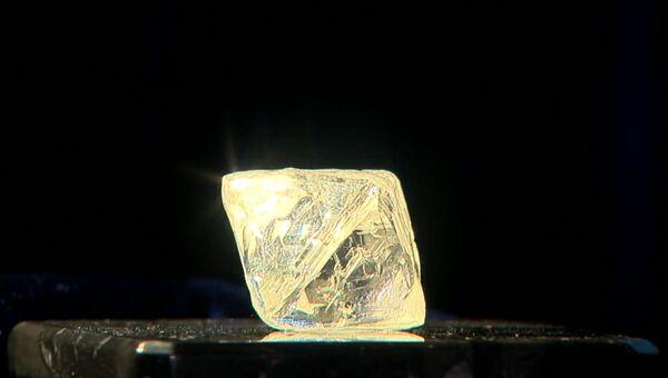 Алроса опубликовала видео с найденными в Якутии редкими алмазами