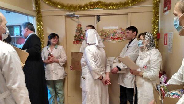 Сестры милосердия и добровольцы поздравляют с Рождеством пациентов ИКБ №2