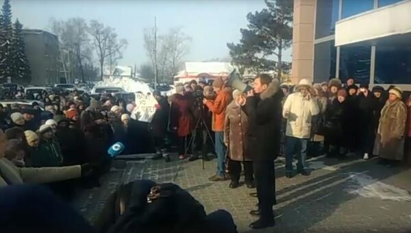 Стихийный митинг возле районной администрации поселка Колывань в Новосибирской области