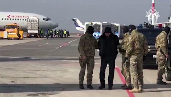 Сотрудники ФСБ РФ конвоируют задержанных после окончания специальной операции по задержанию членов правительства Дагестана