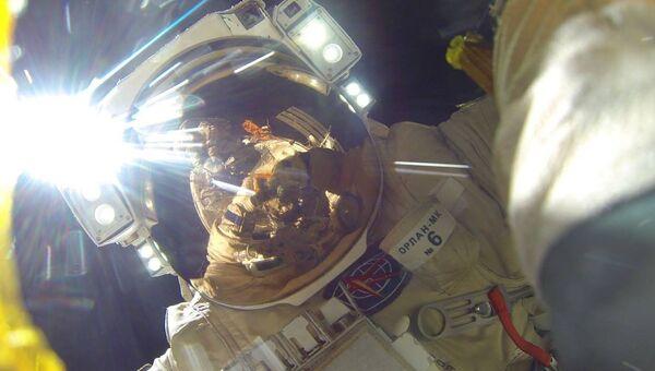 Селфи космонавта Роскосмоса Антона Шкаплерова во время выхода в открытый космос.