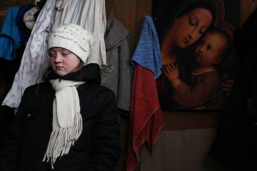 Вика на  летней кухне в поселке Спартак, Донецкая народная республика