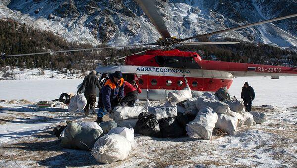 Волонтеры вывозят собранный летом мусор из лагеря у Аккемского озера