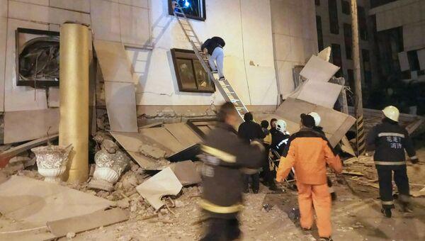 Последствия обрушения отеля в уезде Хуалянь на Тайване в результате землетрясения. 6 февраля 2018