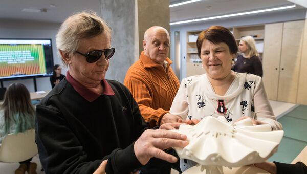 Григорий и Антонина в музее современного искусства Гараж изучают макет скульптуры Такаси Мураками.