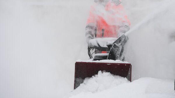 Сотрудники коммунальных служб во время уборки снега