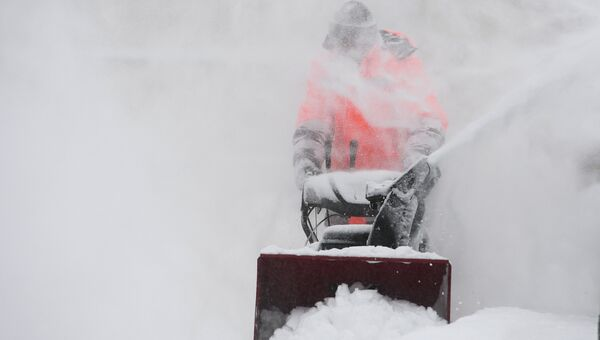 Сотрудники коммунальных служб во время уборки снега. Архивное фото