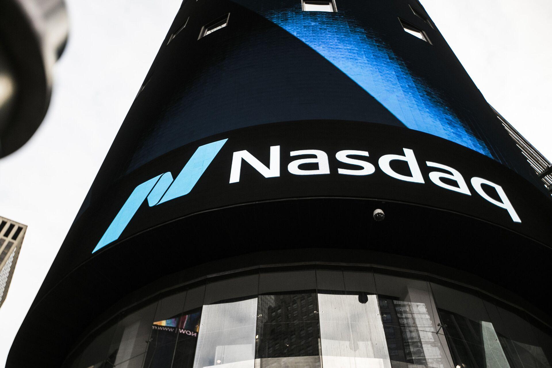 Информационная панель биржи NASDAQ на первых этажах небоскрёба Конде-Наст-билдинг на Таймс-сквер в Нью-Йорке - РИА Новости, 1920, 19.11.2020