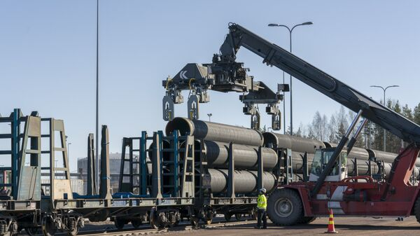 Нанесение бетонного покрытия на трубы для газопровода Северный поток ‑ 2 на заводе по обетонированию в Котке, Финляндия