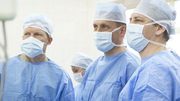 Специалист-онколог департамента здравоохранения Москвы Игорь Хатьков с коллегами