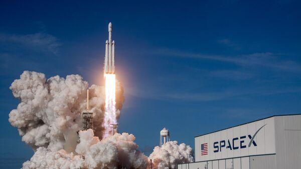 Cтарт ракеты-носителя Falcon Heavy с космодрома на мысе Канаверал