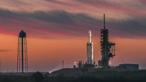 Ракета-носитель Falcon Heavy американской компании SpaceX перед стартом