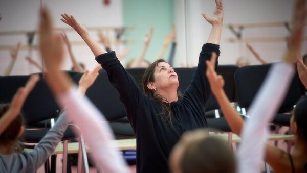 Представительница американского танцевального ансамбля The Martha Graham Dance Company, хореограф Дэнис Вейл на открытом уроке в Академии танца Бориса Эйфмана