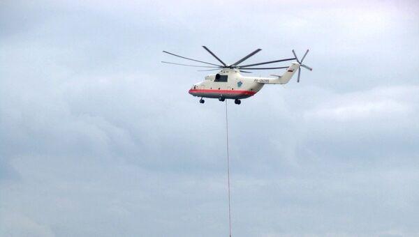 Пожарный вертолет сбрасывает воду на очаг возгорания, возникший на Московском металлургическом заводе Серп и Молот. 7 мая 2005 года