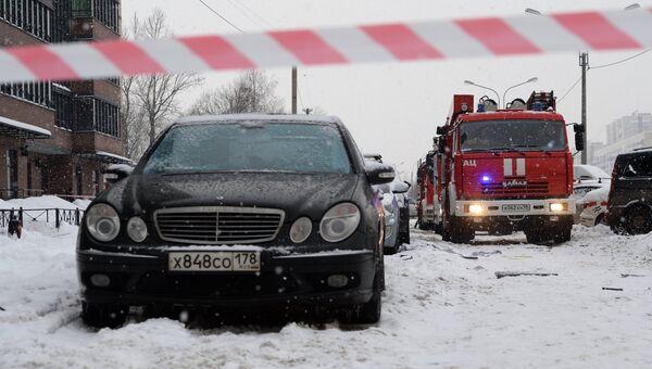 Пожарные автомашины на месте взрыва газового баллона в жилом многоэтажном доме на улице Репищева, дом 10 в Санкт-Петербурге. 9 февраля 2018