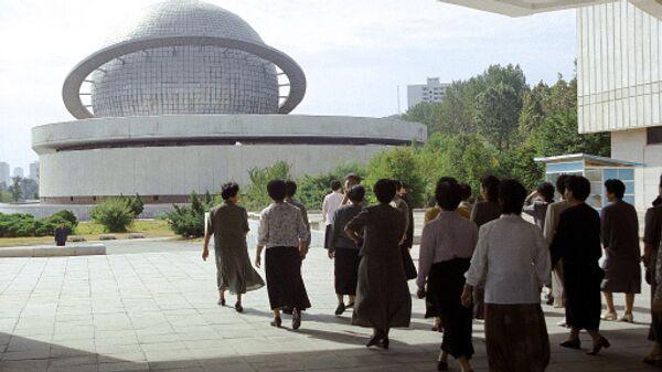 У павильона атомной промышленности на выставке достижений народного хозяйства в Пхеньяне. Архивное фото
