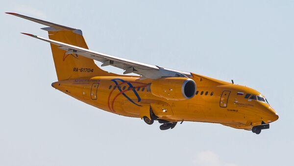 Самолет Ан-148 Самарских авиалиний во время взлета в аэропорту Домодедово