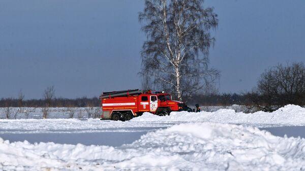 Автомобиль МЧС России в Раменском районе Московской области, где самолет Ан-148 Саратовских авиалиний рейса 703 Москва-Орск потерпел крушение. 12 февраля 2018