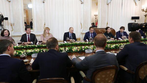 Президент РФ Владимир Путин во время встречи с финалистами Всероссийского конкурса управленцев Лидеры России. 12 февраля 2018