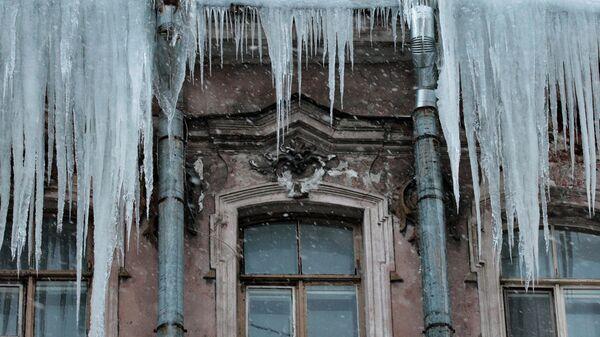 Лед на крыше дома