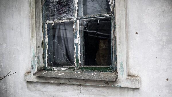 Разбитое окно жилого дома в Донецкой области. Архивное фото