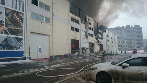 Сотрудники МЧС на месте возгорания в офисном здании в Химках. 16 февраля 2018