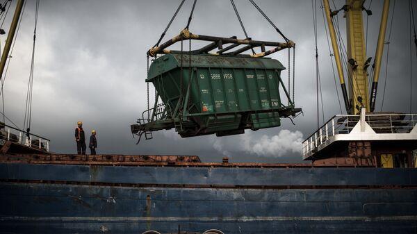 Выгрузка вагона с зерном в Новороссийском морском торговом порту