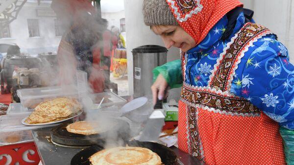 Приготовление блинов на праздничных гуляниях в Суздале, посвященных проводам Широкой Масленицы. 17 февраля 2018