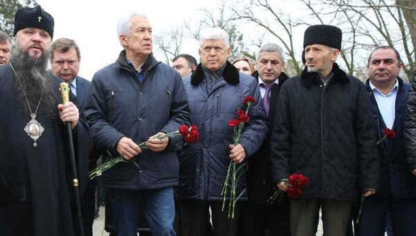 Врио главы Дагестана Владимир Васильев возложил цветы к месту трагедии в Кизляре. 19 февраля 2018