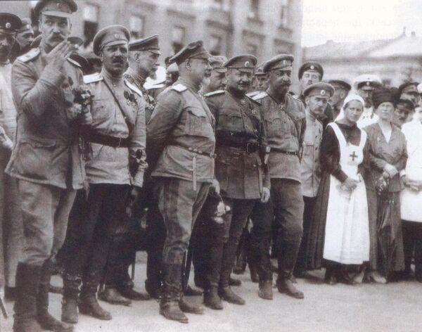 Главком ВСЮР Антон Деникин во время парада в Харькове