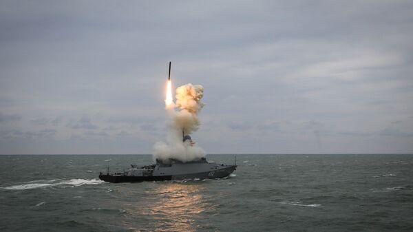 Малый ракетный корабль Град Свияжск запускает ракету Калибр во время итоговых учений корабельных группировок Каспийской флотилии