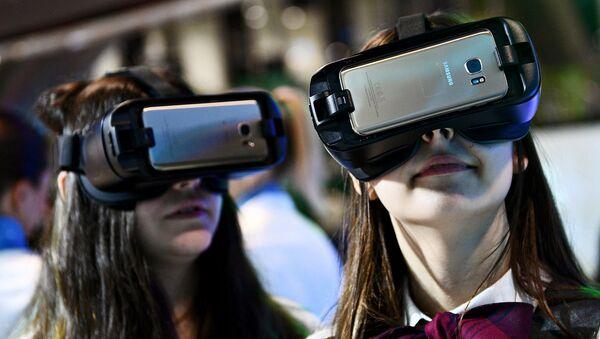 Посетители в очках виртуальной реальности. Архивное фото
