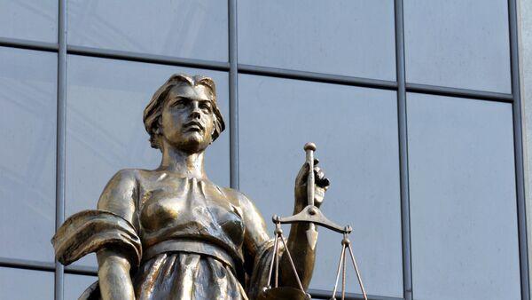 Статуя древнегреческой богини правосудия Фемиды на фасаде здания Верховного суда России