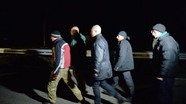 Украинские военнослужащие во время обмена пленными между ополченцами ДНР и украинскими силовиками