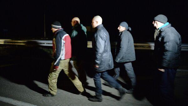 Украинские военнослужащие во время обмена пленными между ополченцами ДНР и украинскими силовиками по формуле 25 на 25. 2014 год