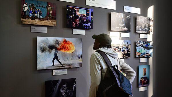 Гость на открытии выставки победителей конкурса имени Андрея Стенина на площадке художественной галереи Eclectica Contemporary в Кейптауне