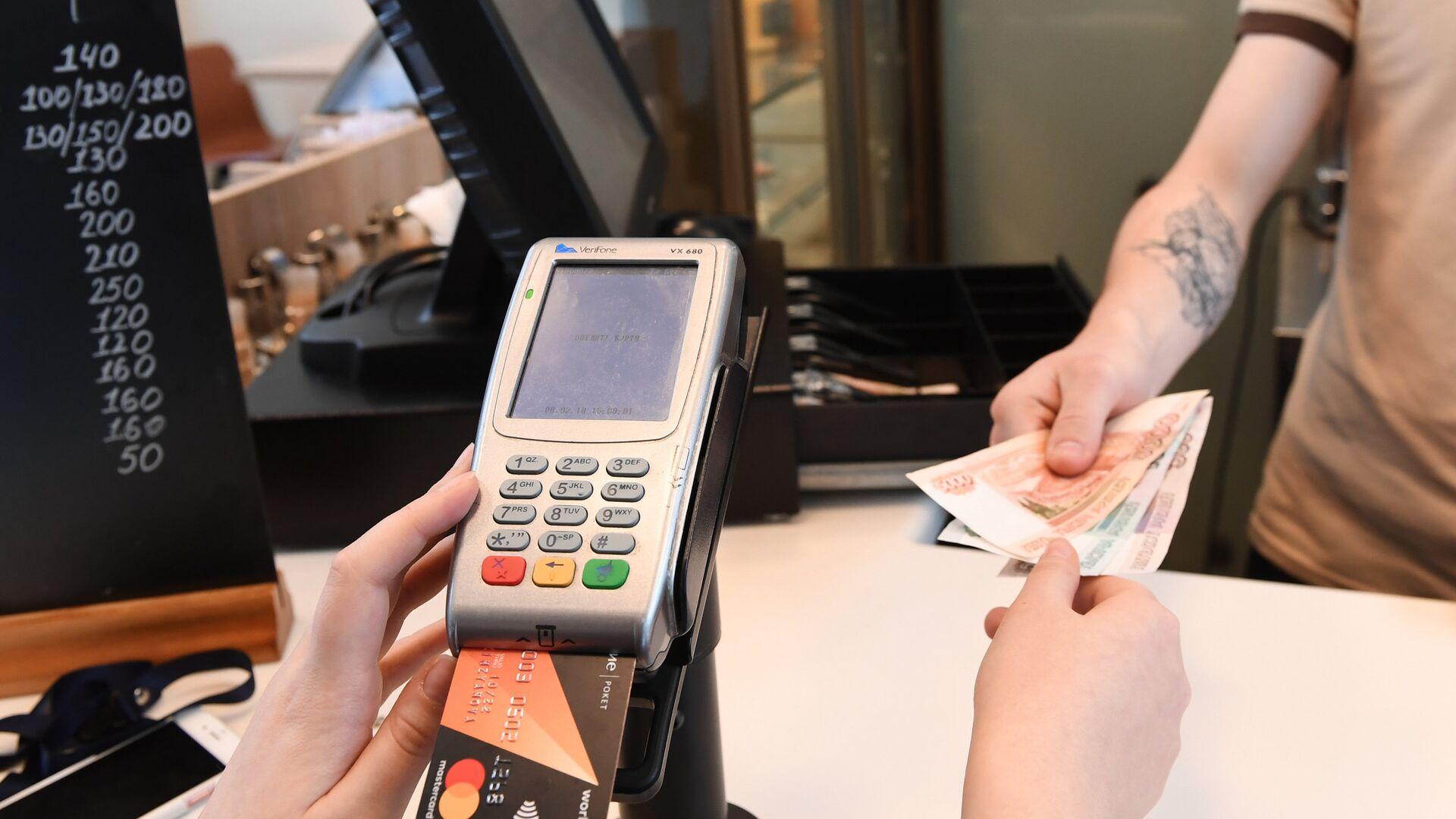Расчет за заказ в кафе через терминал оплаты банковскими картами - РИА Новости, 1920, 22.03.2021