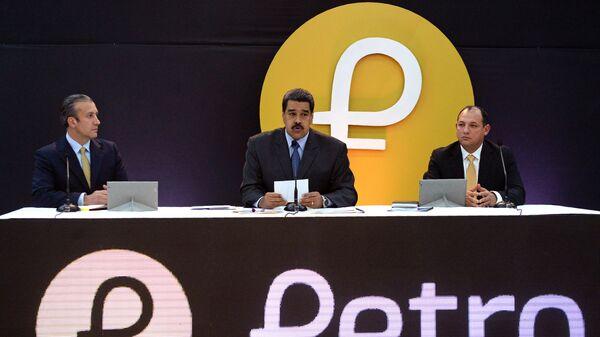 Президент Венесуэлы Николас Мадуро во вермя церемонии запуска продаж криптовалюты Петро. 20 февраля 2018