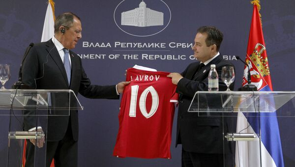 Глава МИД Сербии Ивица Дачич подарил главе МИД РФ Сергею Лаврову именную футболку с номером 10. 22 февраля 2018