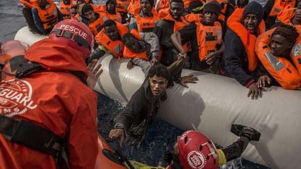 Беженцы и мигранты спасенные у берегов Ливии