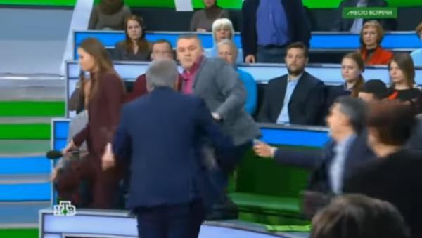 Ведущий НТВ в прямом эфире подрался с украинским экспертом