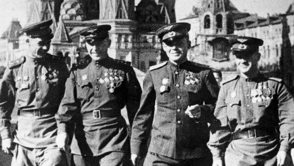 Трижды Герой Советского Союза летчик Александр Покрышкин, дважды Герой Советского Союза Григорий Речкалов и Николай Гулаев (слева направо) на Красной площади