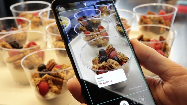 Телефон Samsung Galaxy S9 Plus идентифицирует пищу и отображает ее содержание калорий