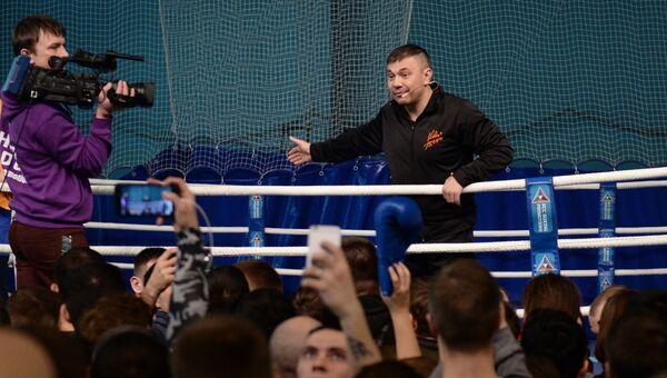 Боксёр Константин Цзю во время открытого мастер-класса по боксу во Дворце игровых видов спорта (ДИВС) в Екатеринбурге
