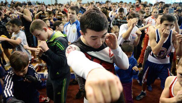 Участники открытого мастер-класса по боксу с участием боксёров Майка Тайсона и Константина Цзю во Дворце игровых видов спорта (ДИВС) в Екатеринбурге