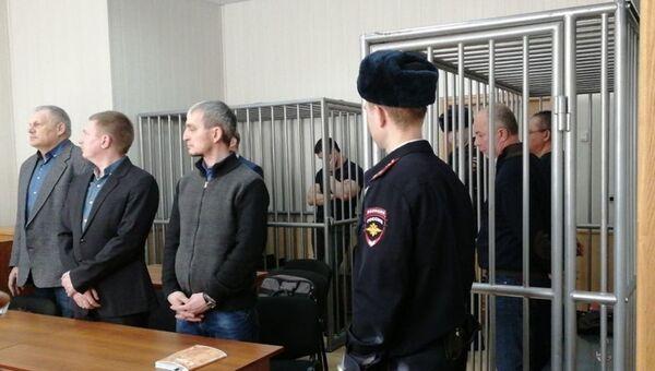 Подсудимые по делу о злоупотреблениях при строительстве космодрома Восточный и их адвокаты в Дальневосточном окружном военном суде. 26 февраля 2018