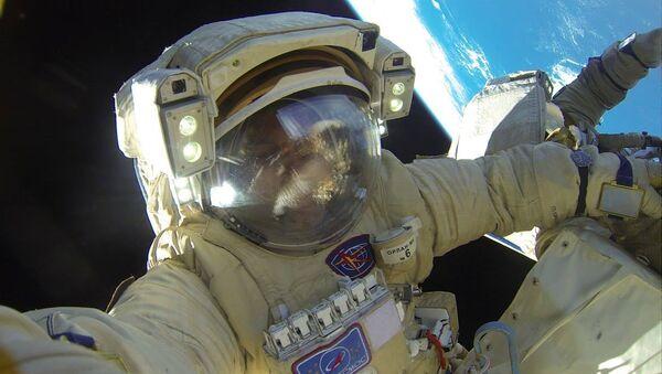 Селфи космонавта Роскосмоса Антона Шкаплерова во время выхода в открытый космос. 2 февраля 2018 года