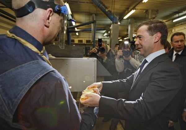 Президент РФ Дмитрий Медведев во время посещения Колымского аффинажного завода в Магадане