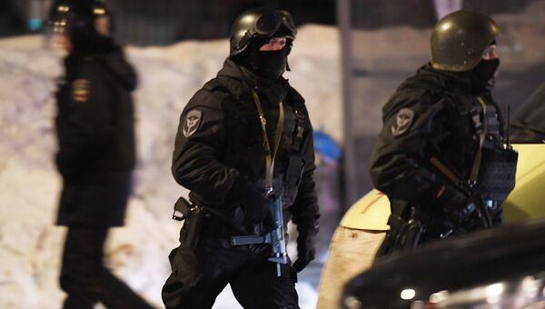 Сотрудники правоохранительных органов у одного из жилых домов на улице Авангардная в Казани, где 27 февраля произошла перестрелка.