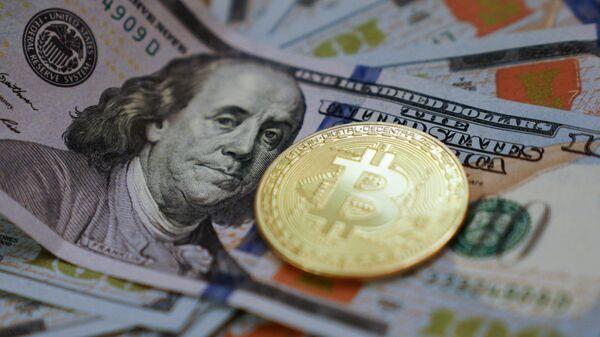 Биткоин и доллары. Архивное фото